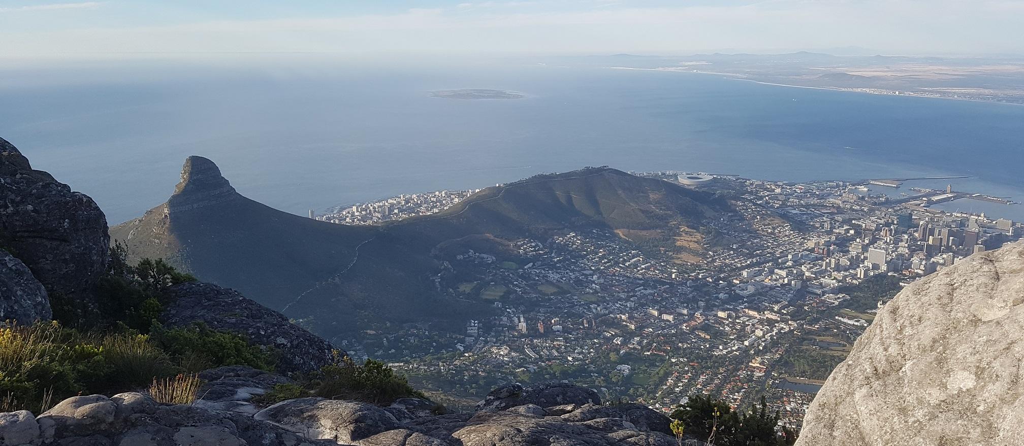 Uitzicht op Lion's Head, Kaapstad en Robbeneiland vanaf de Tafelberg