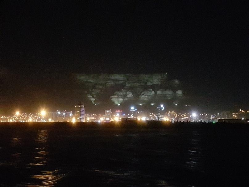 Verlichte tafelberg vanaf een boot, Kaapstad