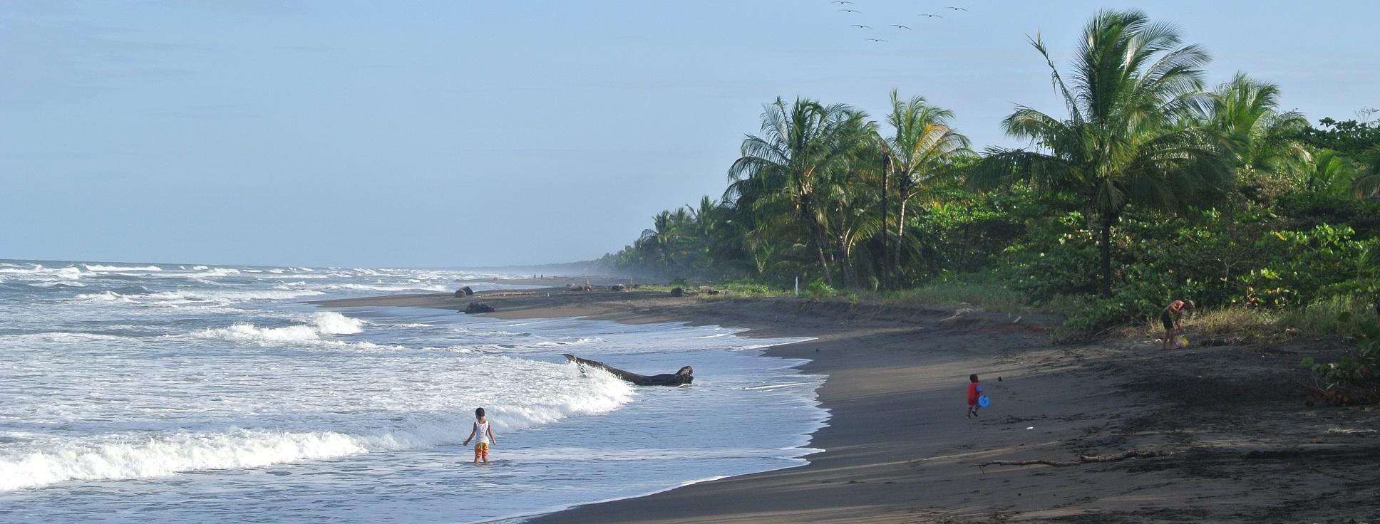 Zwart lavazand strand, Tortuguero, Costa Rice