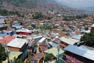 Uitzicht op Medellín en de roltrappen van Comuna 13, Colombia
