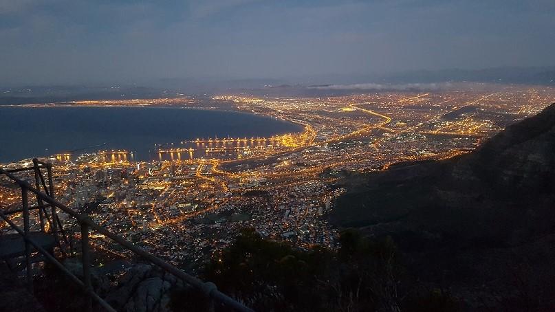 Kaapstad by night vanaf de Tafelberg, Zuid-Afrika