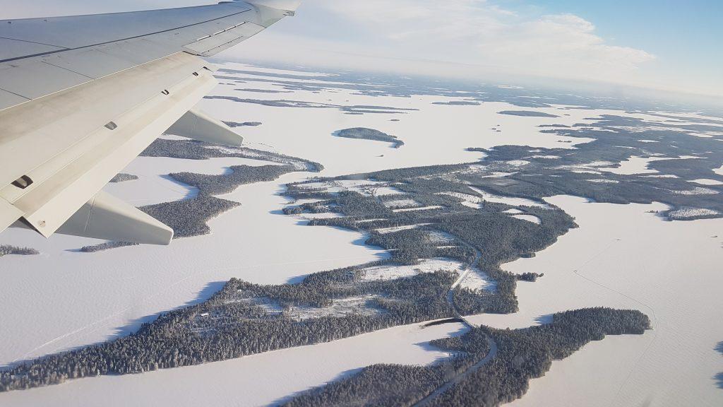 Uitzicht over Fins Lapland vanuit vliegtuig