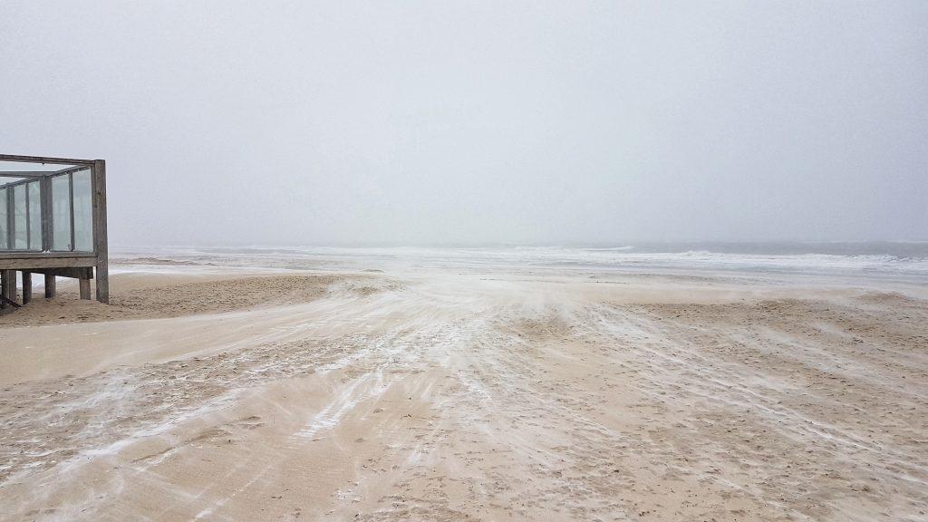 Wandelen op het strand bij strandpaviljoen Paal 17 op Texel