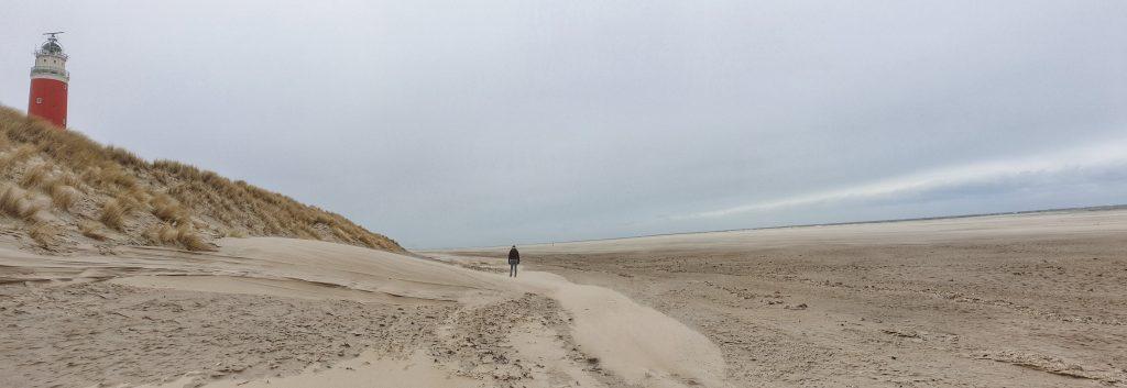 Op het strand bij de vuurtoren van Texel
